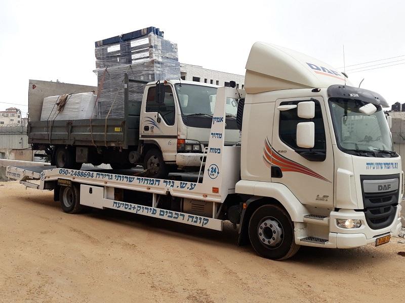 גרירה משאית עם ציוד למחסן
