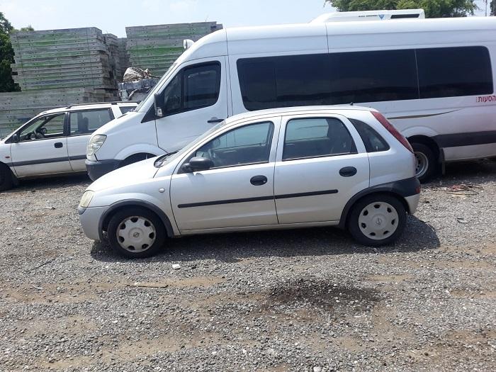 רכב אופל במגרש פירוק רכבים